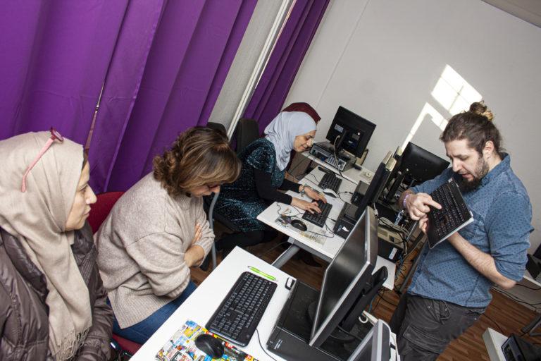 Mohamed Amer von Gemeinsamer Horizont e.V. und Teilnehmerinnen während eines Kurses im LaLoKa